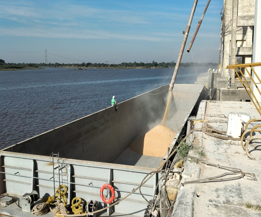 Duro impacto de la bajante del Paraná en el cabotaje fluvial de granos