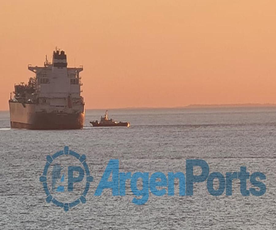 Mirá las fotos del buque varado que paraliza el comercio exterior argentino