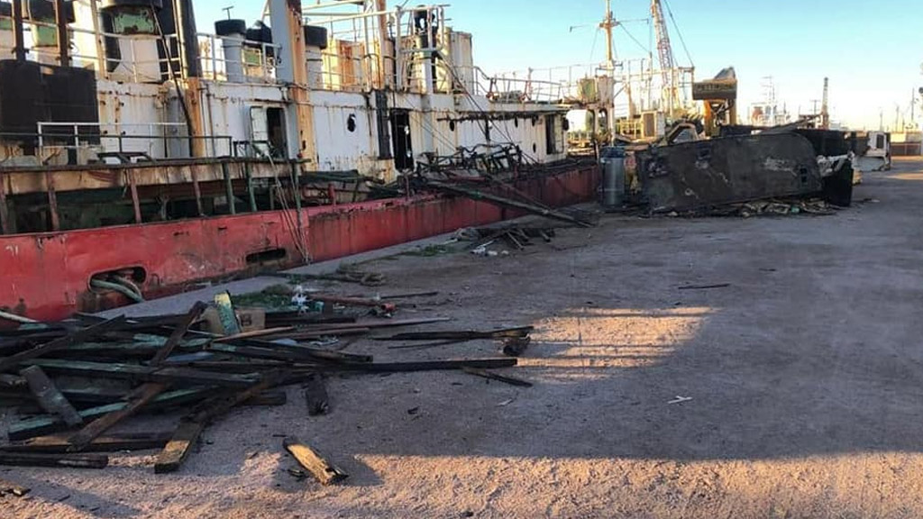 Avanzan las tareas de desguace de buques en Puerto Rosales