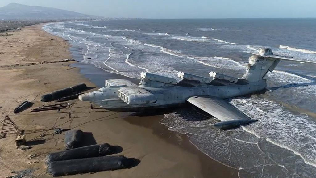 Mitad barco, mitad avión: el leviatán soviético que terminó varado en la costa del mar Caspio