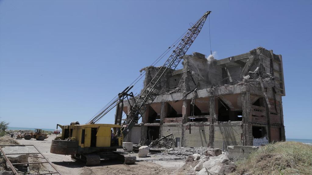 Comenzó la demolición de un viejo silo arenero en el puerto de Mar del Plata