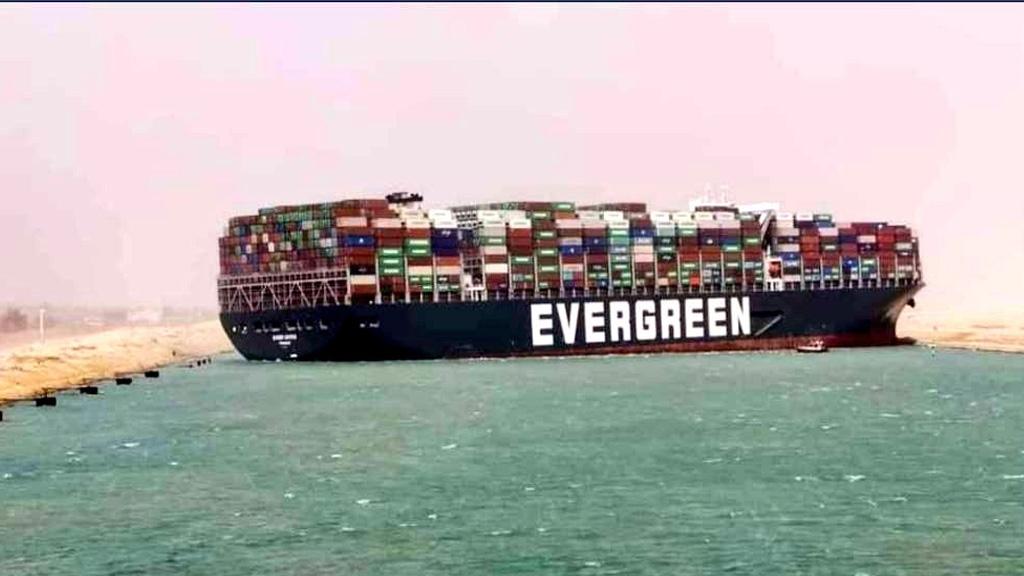 Megabarco encallado en el canal de Suez: el caos en la navegación podría durar varios días