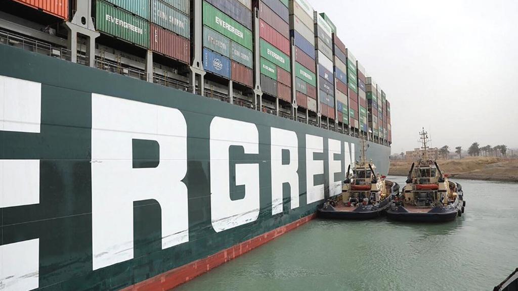 Canal de Suez: llegan más remolcadores pero evalúan aliviar la carga del buque Ever Given