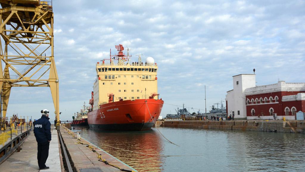 El rompehielos ARA Almirante Irízar ingresó a dique seco en Puerto Belgrano